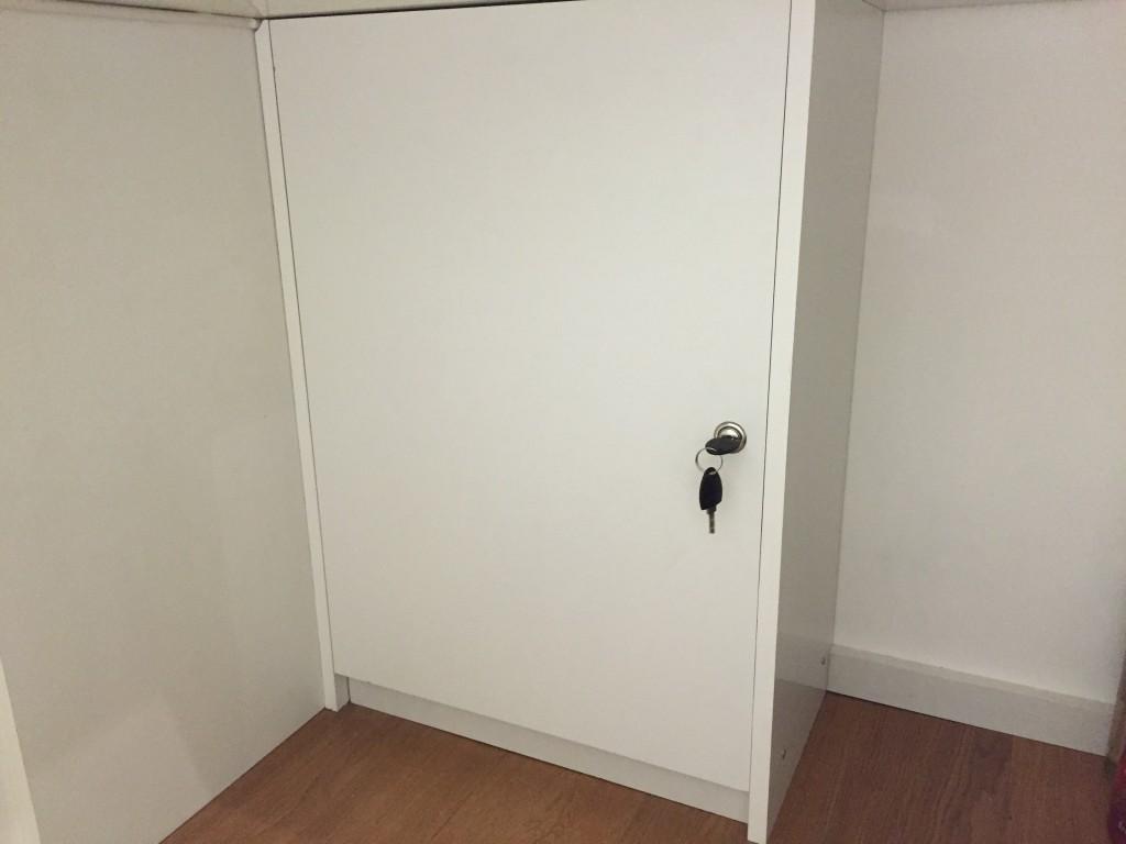 geschlossener Schrank mit Schlüssel